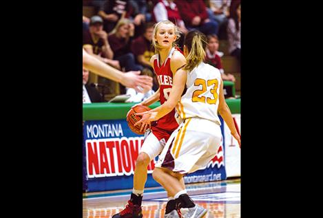 Scarlets' Carly Hergett looks to pass the ball to an open teammate