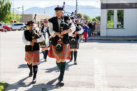 The Great Scots  lead the procession of rock-skippers down to  Riverside Park.