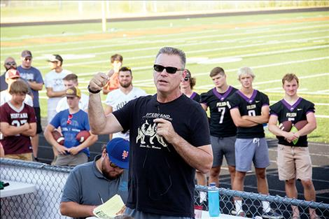 Former NFL Oakland Raider and current sports commentator Howie Long speaks to participants about the lifelong benefits of playing football.